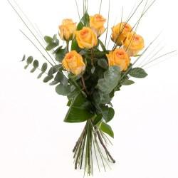 gelbe Rosen mit dekorativen Grün arrangiert
