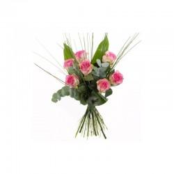 Rosa Rosen mit dekorativen Grün arrangiert
